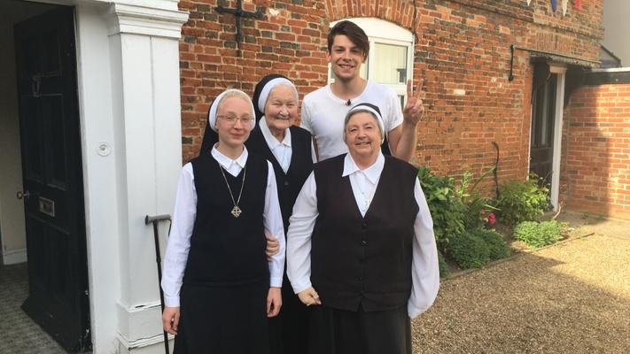 Joram ging op roadtrip naar de nonnen in Engeland!