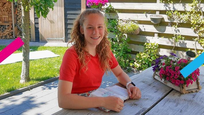 """Elise (13) deelt haar favoriete bijbelvers: """"Ik mag de emmer van mijn hoofd halen en stralen"""""""