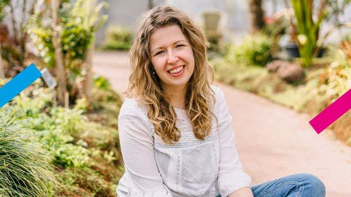 Hilde (23) had moeite met single zijn en schreef er een boek over: 'In mijn kerk werd nooit gebeden voor singles'
